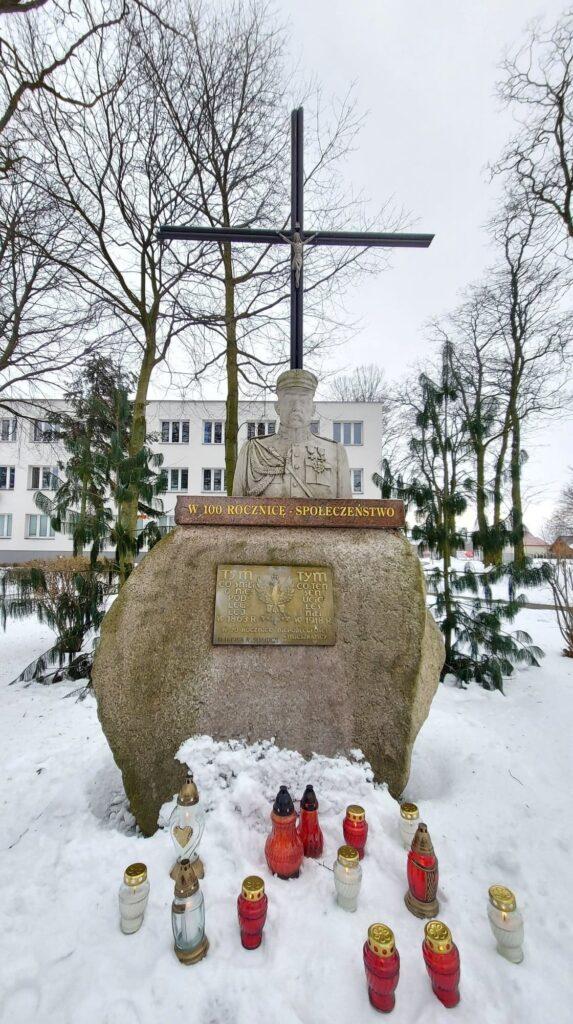 Obelisk Niepodległościowy z popiersiem Marszałka Józefa Piłsudskiego, znajdujący się przy siemiatyckim starostwie