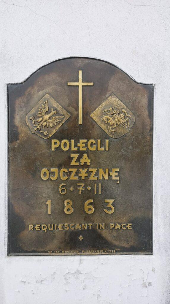 zdjęcie przedstawia tablicę znajdująca się na pomniku poświęcony siemiatyckim Powstąńcom Styczniowym z 1863 roku