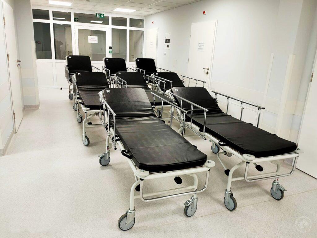 Zdjęcie przedstawia nowe wózki transportowe w siemiatyckim szpitalu powiatowym.