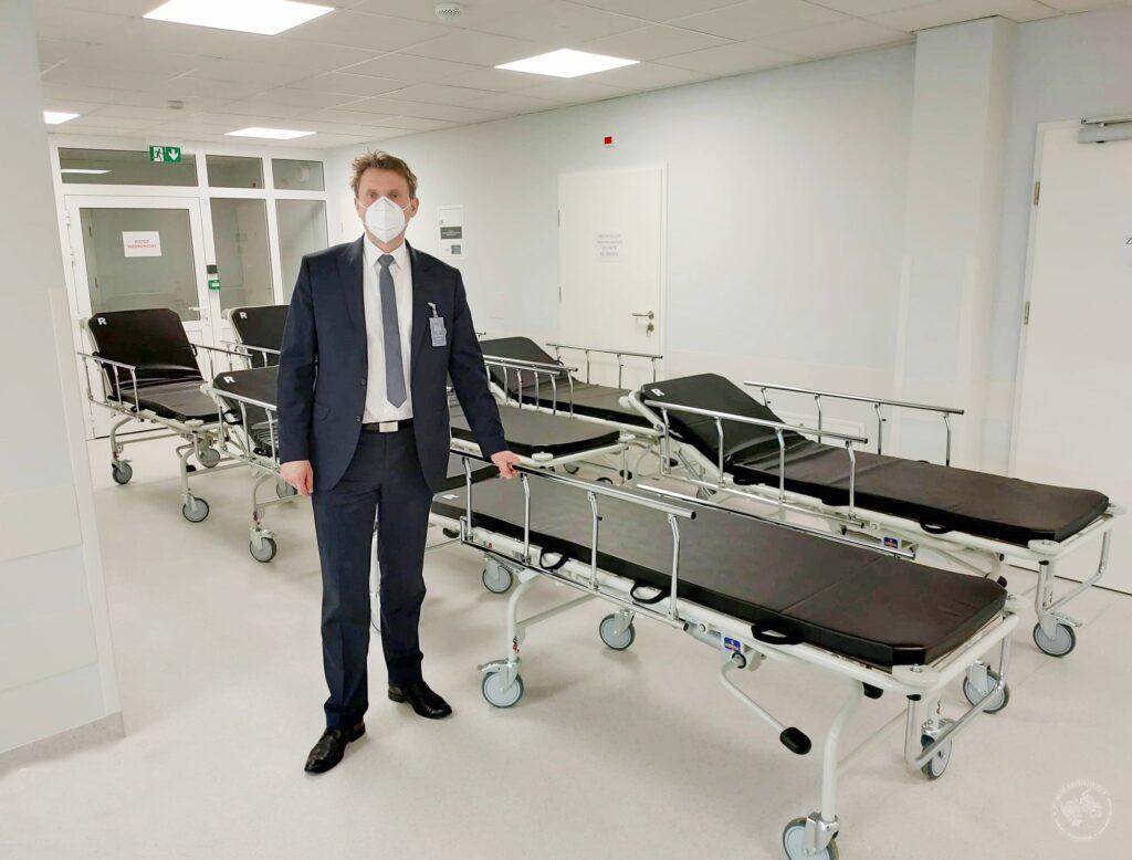 Zdjęcie przedstawia nowe wózki transportowe w siemiatyckim szpitalu powiatowym. Na zdjęciu Andrzej Szewczuk - dyrektor SP ZOZ w Siemiatyczach.