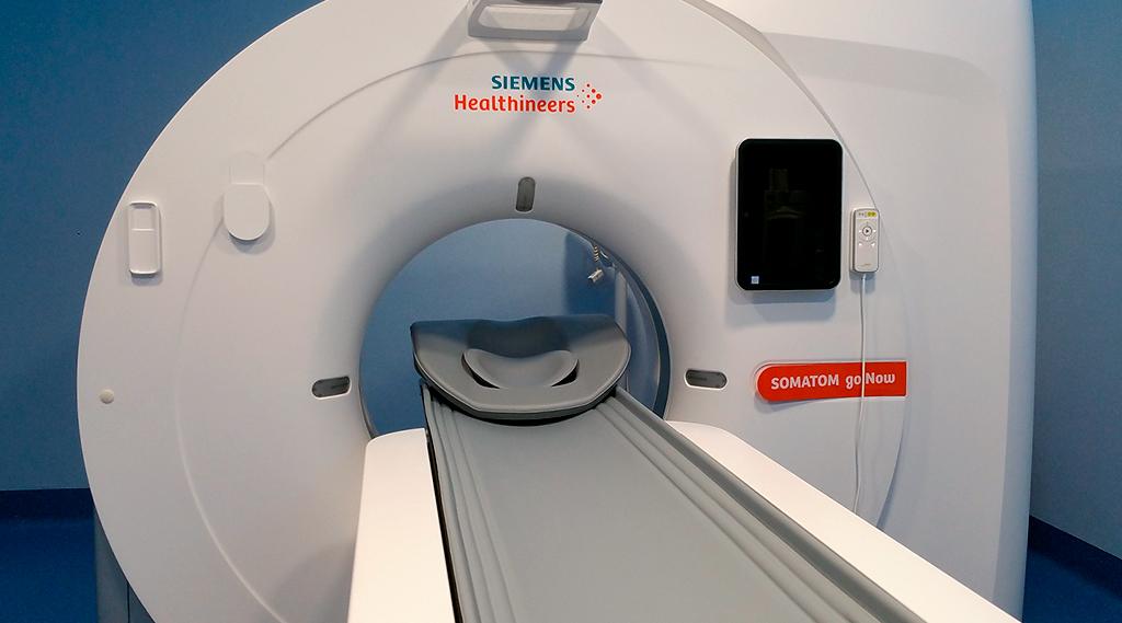 Zdjęcie przedstawia tomograf komputerowy