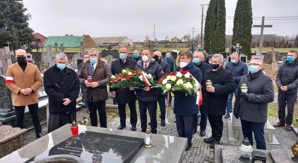 Delegacja Powiatu Siemiatyckiego i z Gminy Perlejewo przy pomniku poświęconym Żołnierzom Wyklętym w Perlejewie