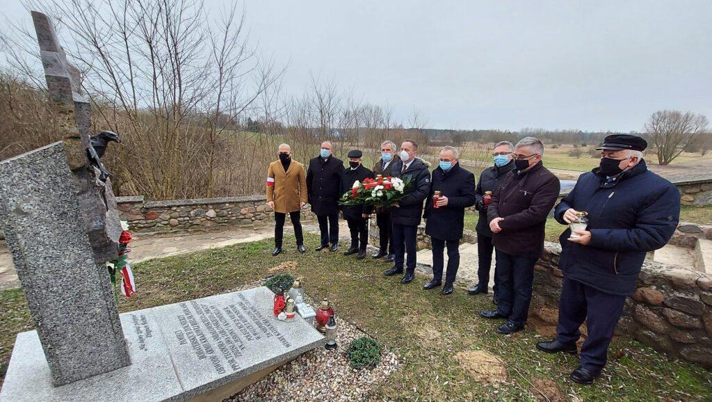 Delegacja Powiatu Siemiatyckiego wraz z Burmistrzem Wojciechem Borzymem przy pomniku poświęconym Żołnierzom Wyklętym w Drohiczynie